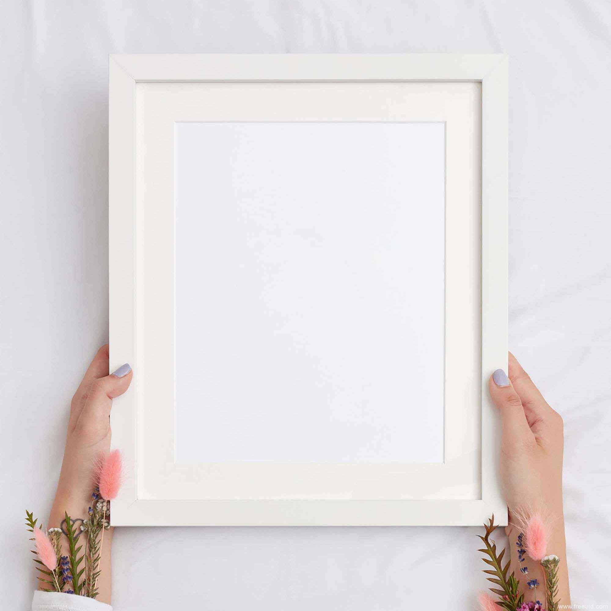 90# - 白色手持边框海报展示样机模板